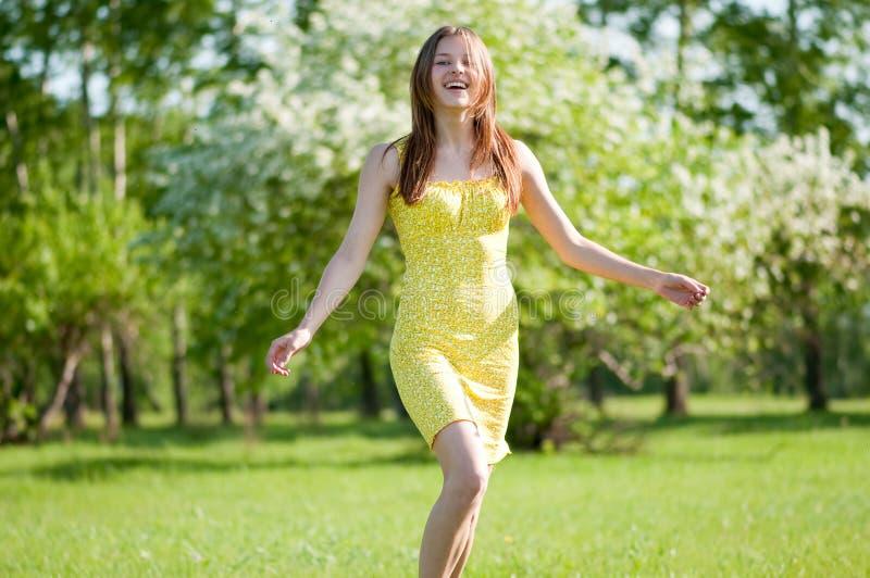 苹果美丽的庭院结构树妇女年轻人 免版税库存照片