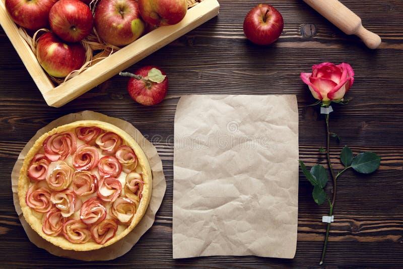 苹果背景烘烤特写镜头藏品查出显示白人妇女的饼红色 在黑暗的木背景的自创酥皮点心 名列前茅vi 库存图片