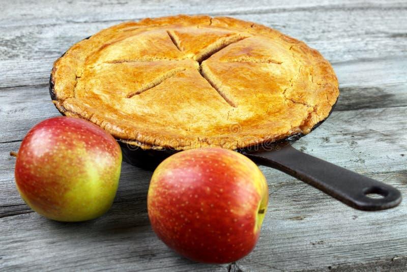苹果背景烘烤特写镜头藏品查出显示白人妇女的饼红色 免版税图库摄影