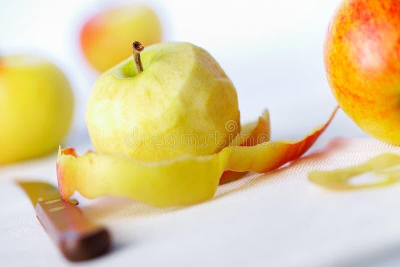 苹果被剥皮的皮肤扭转的黄色 库存图片