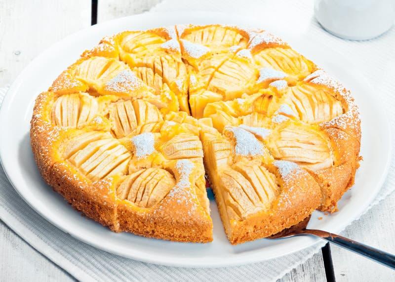 苹果被烘烤的新近地被切的馅饼 免版税库存图片
