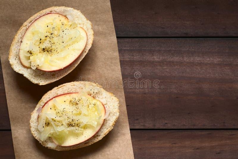 苹果计算机和德国泡菜三明治 库存图片