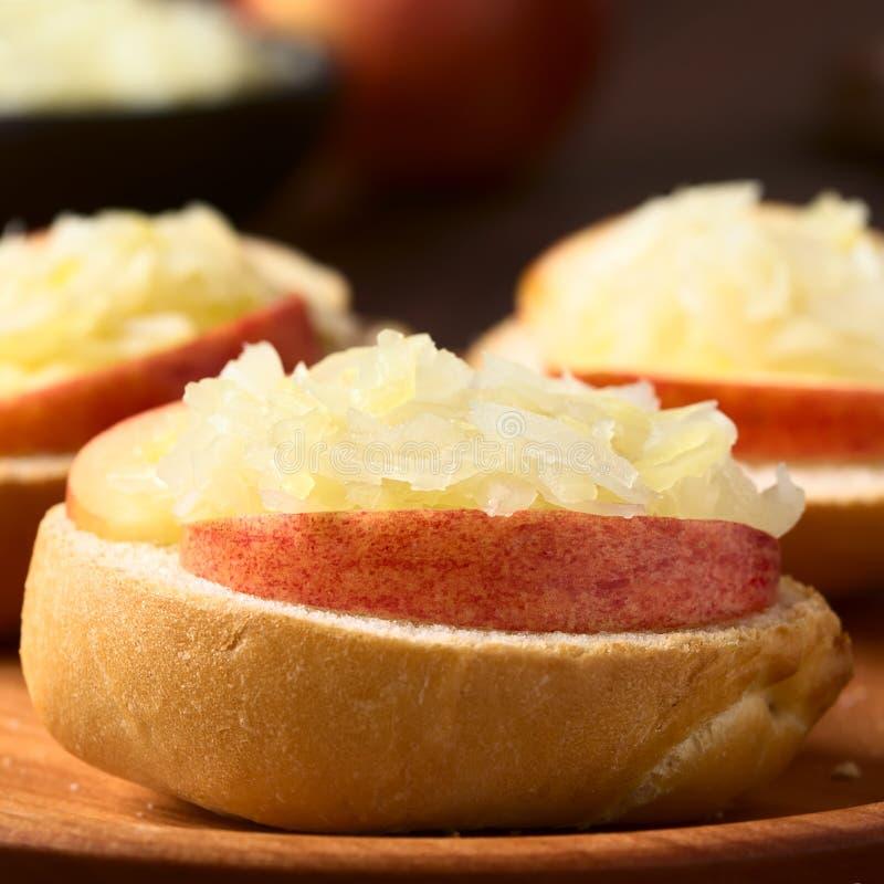 苹果计算机和德国泡菜三明治 免版税库存照片