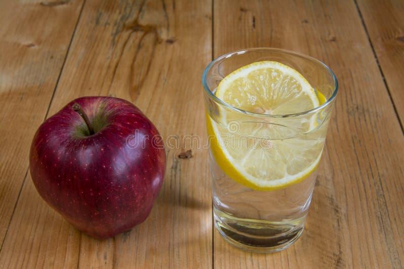 苹果计算机和水饮料用柠檬 库存图片
