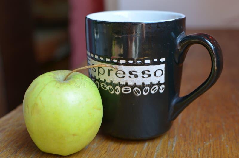 苹果计算机和coffe 库存图片