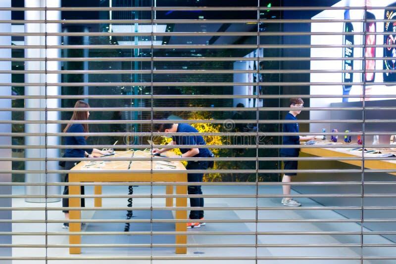 苹果计算机商店雇员在关闭以后清扫 库存图片