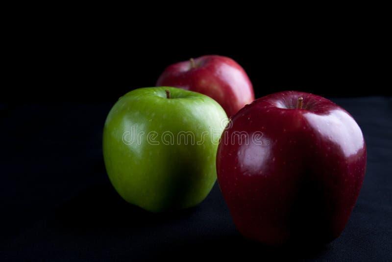 苹果计算机在黑背景的水果篮 免版税图库摄影