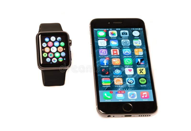 苹果计算机手表和iPhone 库存照片