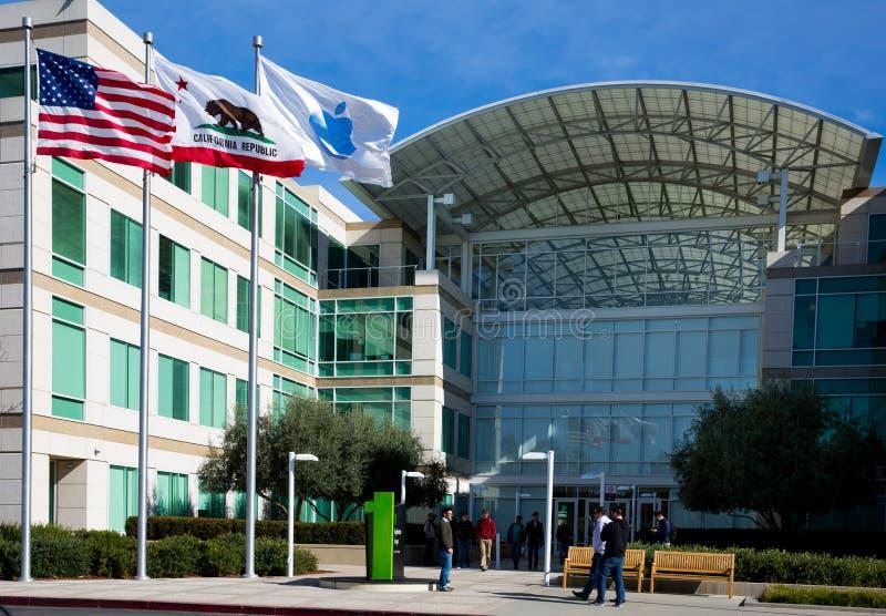 苹果计算机死循环,库比蒂诺,加利福尼亚,美国- 2017年1月30日:在苹果计算机世界总部前面的苹果计算机材料 免版税库存照片