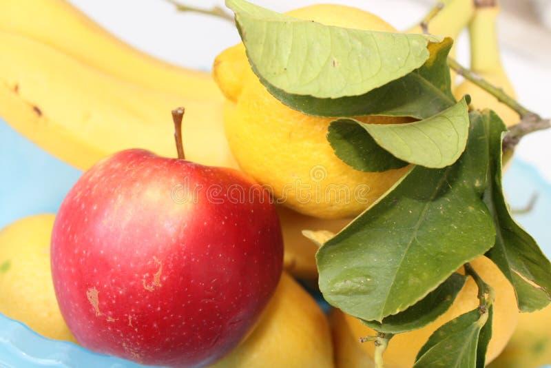 苹果计算机用柠檬&香蕉 图库摄影