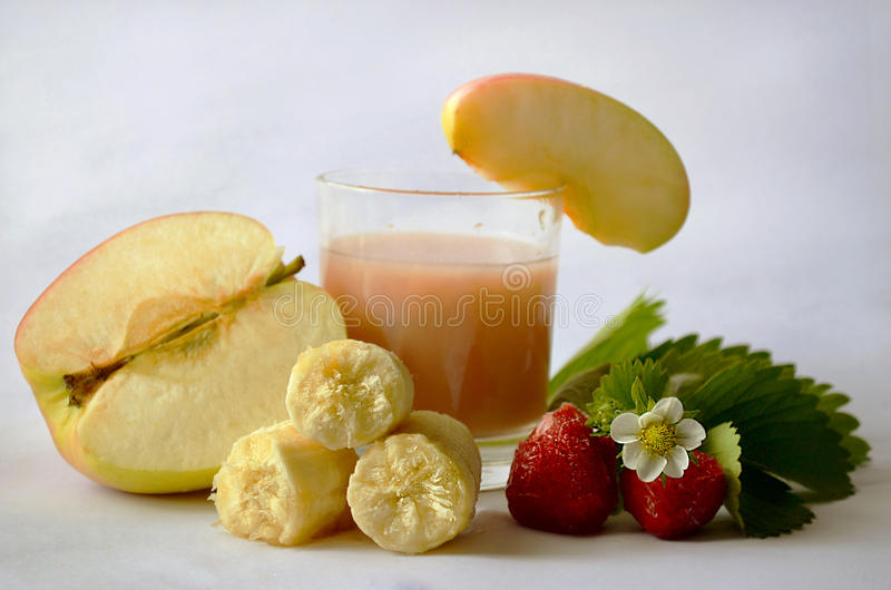 苹果计算机草莓香蕉汁 库存照片