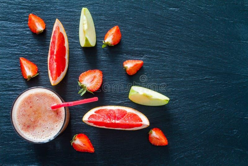 苹果计算机葡萄柚和草莓圆滑的人成份 免版税库存图片
