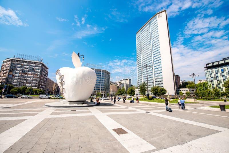 苹果计算机雕塑在米兰 免版税库存图片
