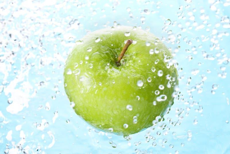 苹果计算机飞溅喷水 免版税库存图片
