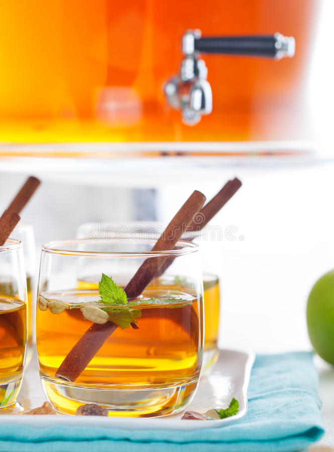 苹果计算机,白葡萄酒拳打,茶,仔细考虑了萍果汁 免版税库存图片