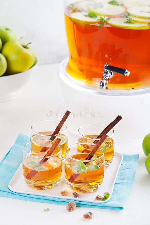 苹果计算机,白葡萄酒拳打,茶,仔细考虑了萍果汁 免版税图库摄影