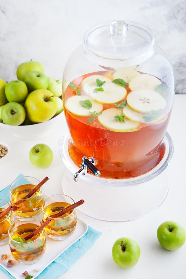 苹果计算机,白葡萄酒拳打,茶,仔细考虑了萍果汁 库存图片