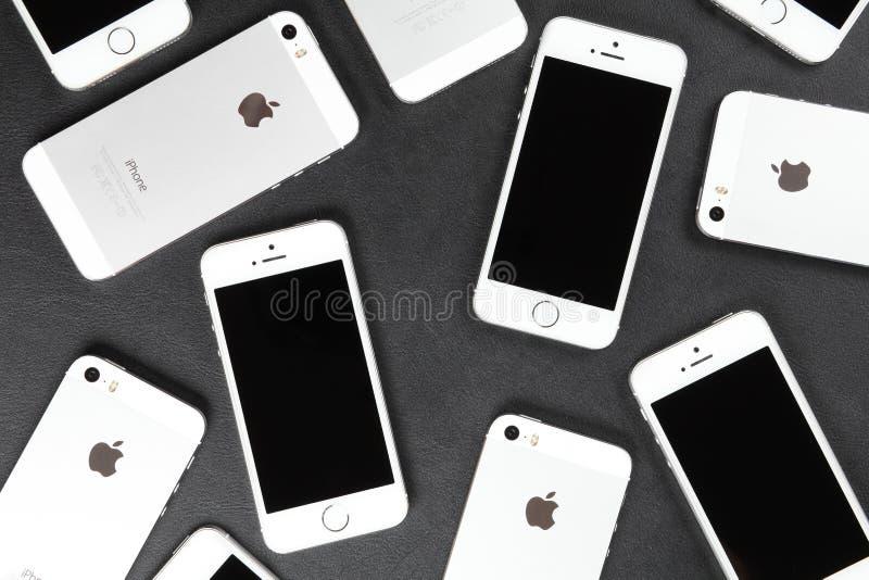 苹果计算机说谎皮革表面上的iPhone 5s智能手机 库存照片
