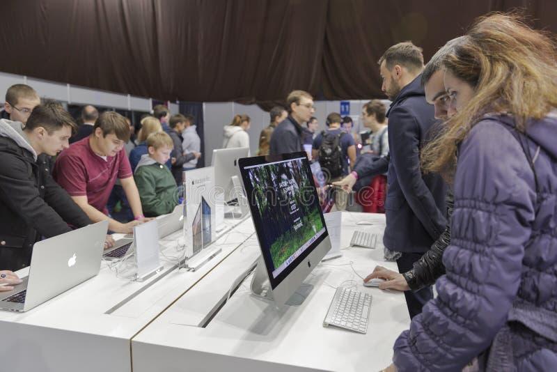 苹果计算机CEE的公司摊2015年,最大的电子商业展览在乌克兰 库存照片