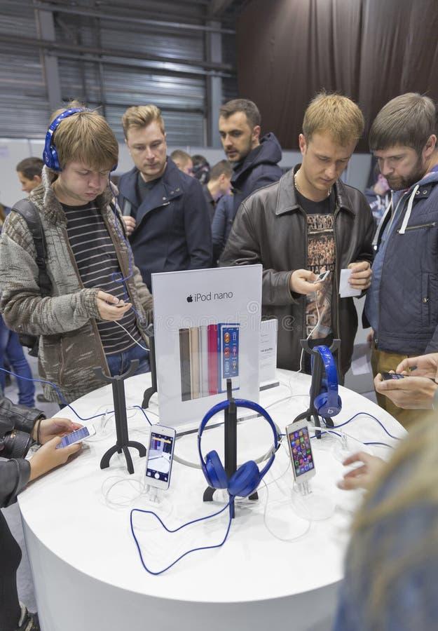 苹果计算机CEE的公司摊2015年,最大的电子商业展览在乌克兰 免版税库存图片