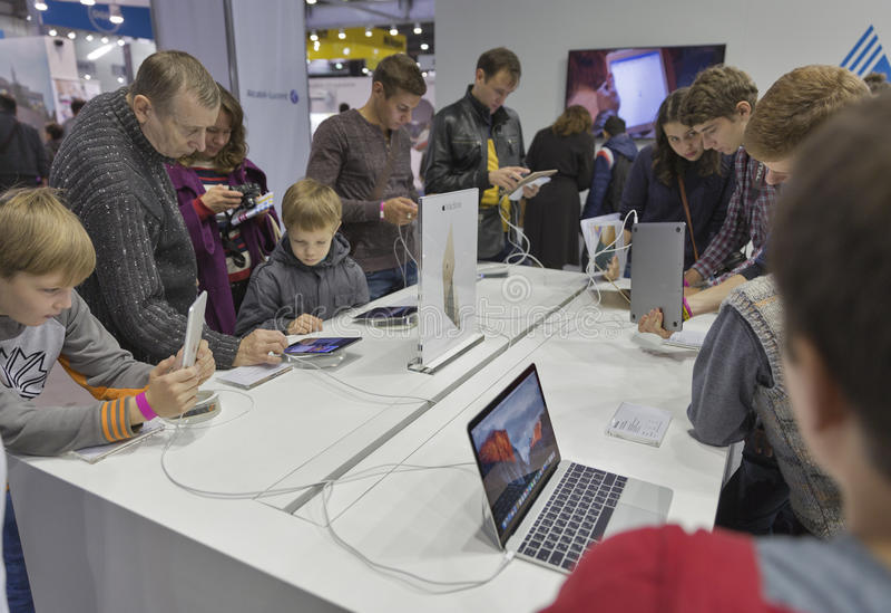 苹果计算机CEE的公司摊2015年,最大的电子商业展览在乌克兰 库存图片