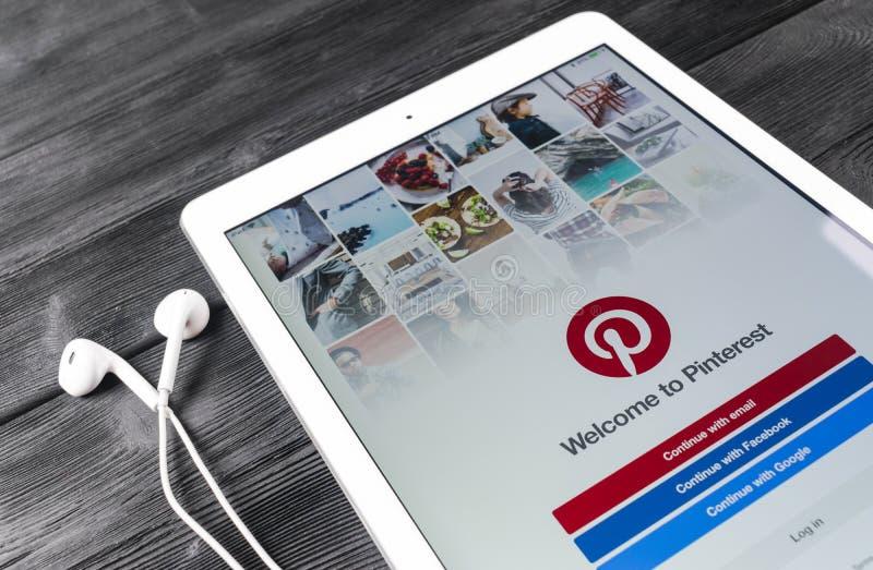 苹果计算机iPad赞成与在屏幕上的社会网路服务Pinterest 在片剂屏幕上的Pinterest应用 图库摄影