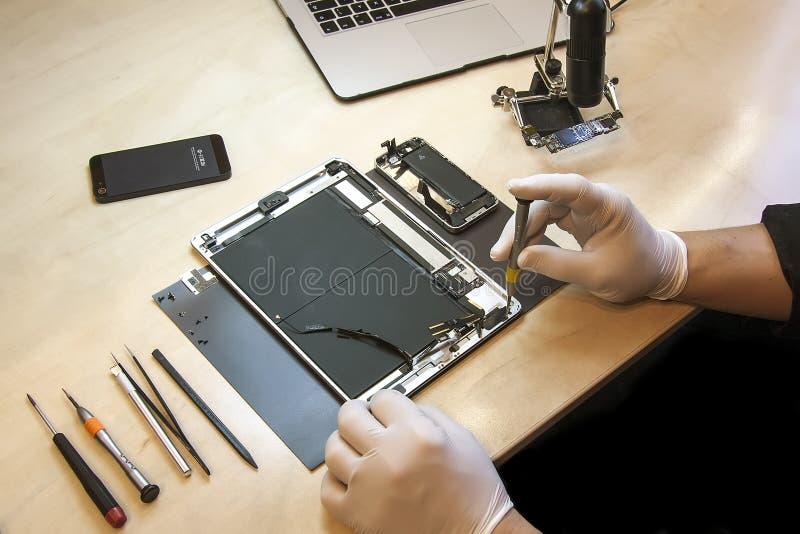 苹果计算机iPhone和iPad片剂修理 库存图片