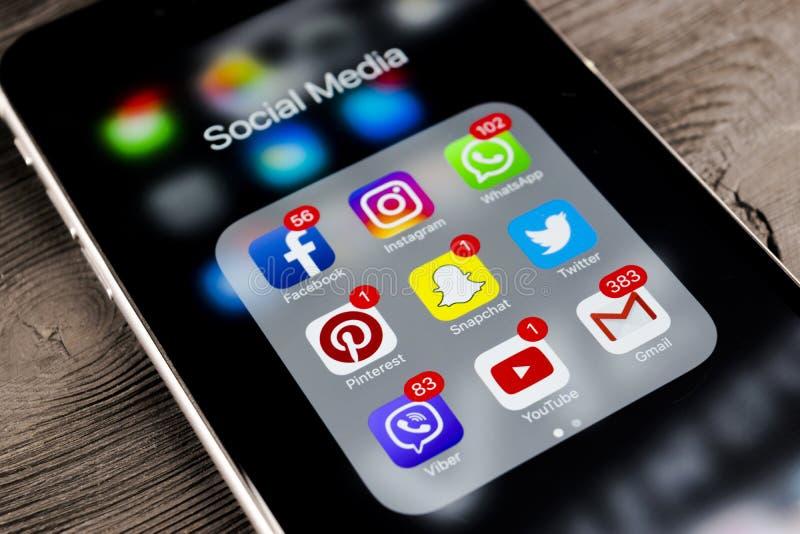 苹果计算机iphone在黑木桌上的7个加号与社会媒介face