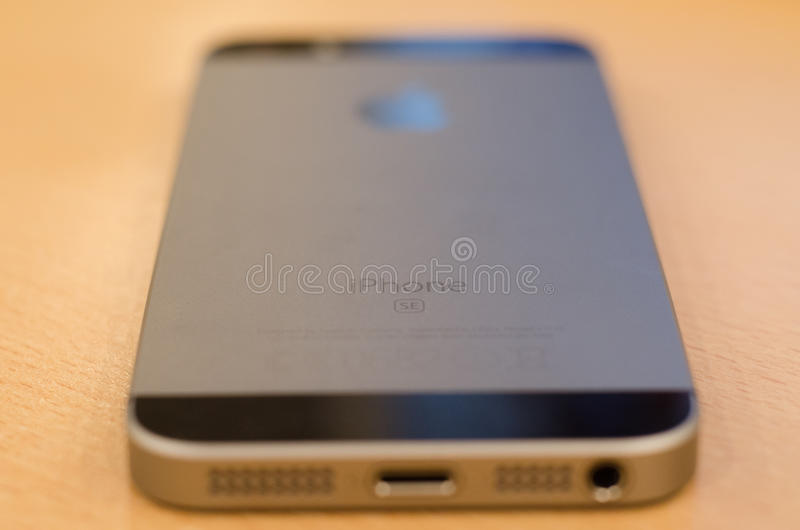 苹果计算机iPhone SE后面 免版税库存照片