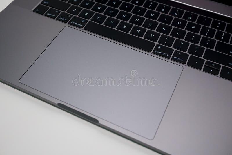 苹果计算机MacBook赞成15英寸膝上型计算机/笔记本计算机键盘和trackpad 库存图片