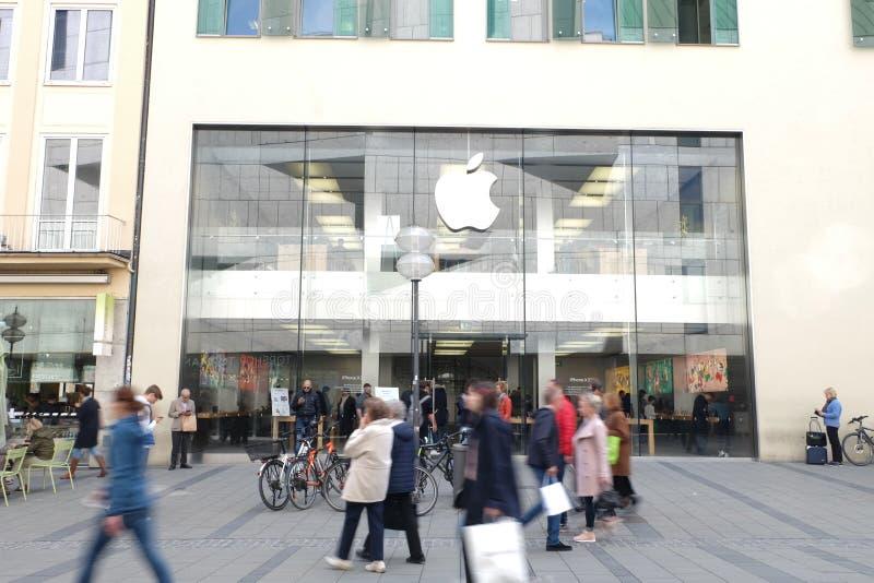 苹果零售店在有顾客的慕尼黑 库存照片