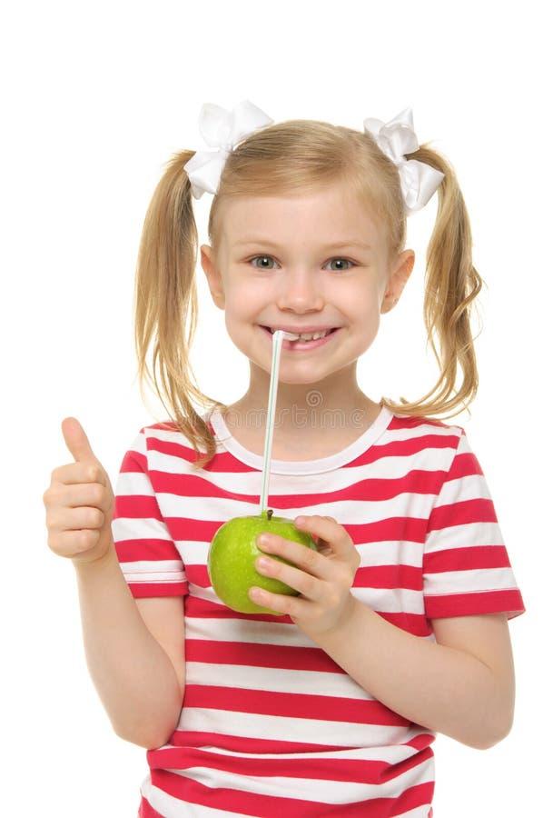苹果饮用的女孩汁液秸杆 库存图片