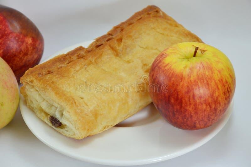 苹果饼和新鲜的苹果在盘 库存图片