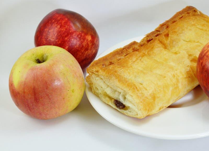 苹果饼和新鲜的苹果在盘 库存照片