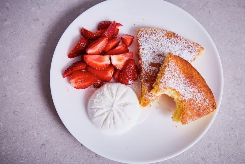 苹果饼板材点心新鲜的草莓冰淇凌片断  图库摄影