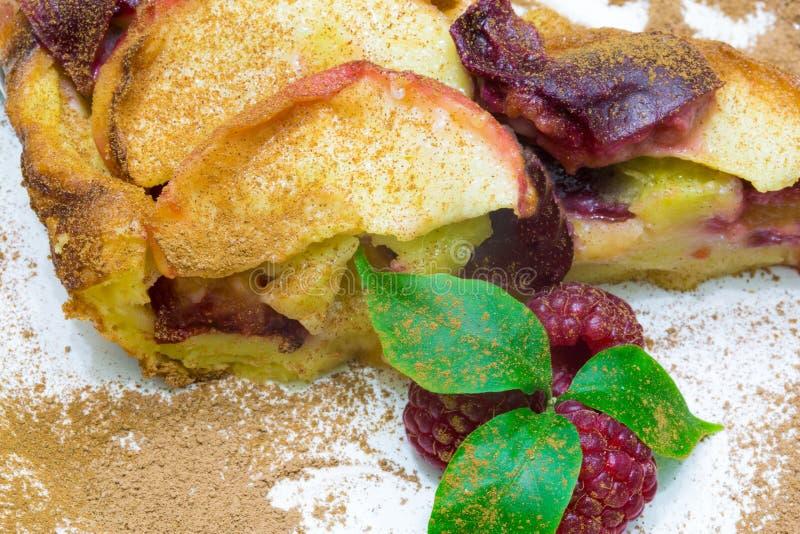 苹果饼用红草莓, clafoutis果子饼 免版税库存图片