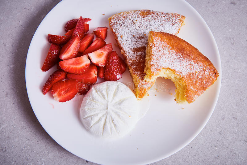苹果饼白色陶瓷瓷片断镀甜点心 库存照片