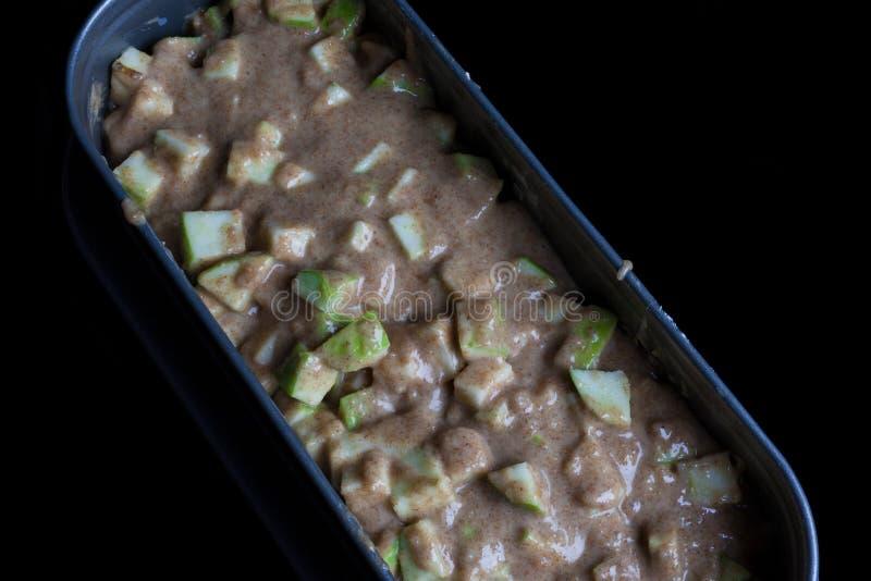 苹果饼面团用在烤盘的苹果从上面 图库摄影