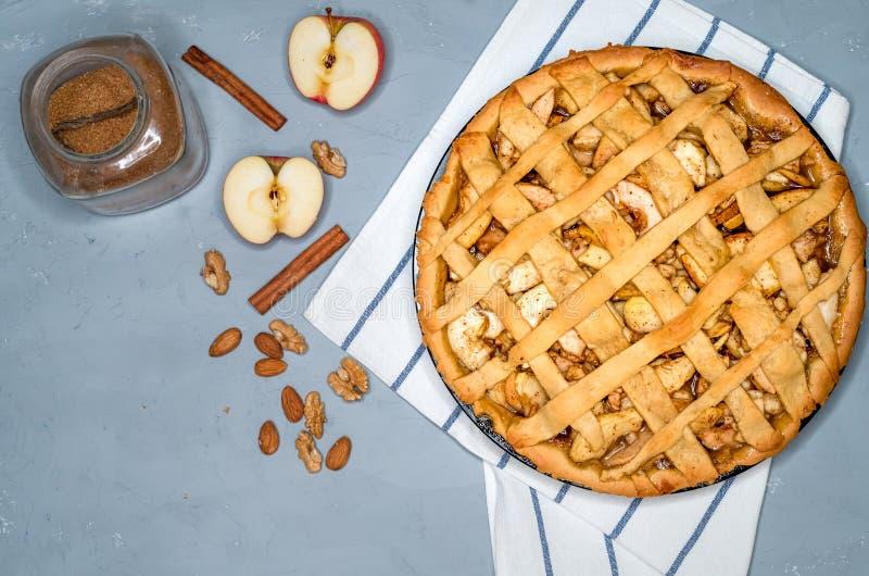 苹果饼馅饼用葡萄干、坚果和桂香 美国独立日的传统点心在美国 土气样式 顶视图 免版税库存照片