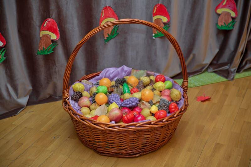 苹果,李子和山灰放在篮子里,顶视图 桌椅生活 鲜榨柑橘水果,放在篮子里 免版税库存照片