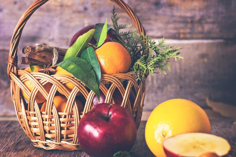 苹果,桔子,蜜桔,在篮子的桂香 免版税图库摄影