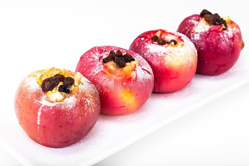苹果,烘烤在烤箱用蜂蜜和葡萄干 库存图片