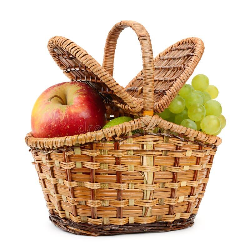 苹果bascket篮子弓果子葡萄猕猴桃桔子桃子红色附加的柳条 图库摄影