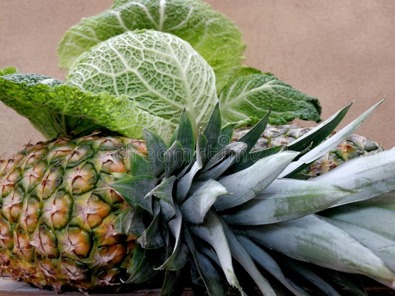茂盛的圆白菜和两凤梨 免版税库存图片