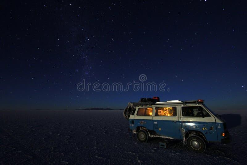 范和满天星斗的天空在撒拉族de Uyuni,盐湖,玻利维亚 图库摄影