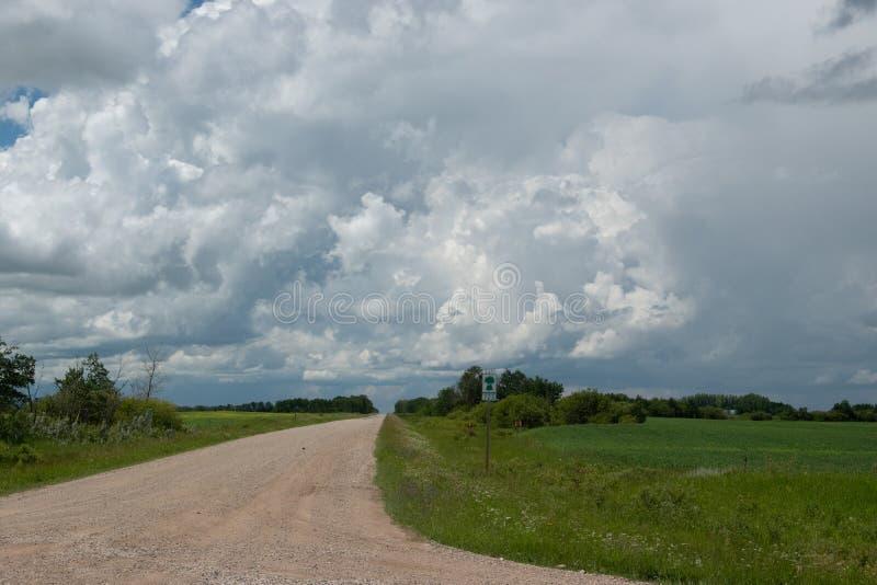范围路723标志和高速公路80,在Churchbridge北部,萨斯卡 免版税库存图片