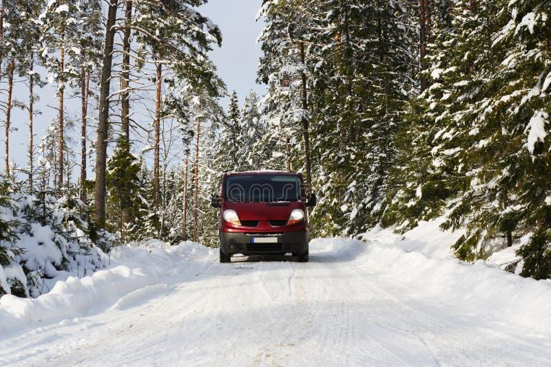 范, 4x4,驾驶在概略的多雪的情况 免版税库存图片