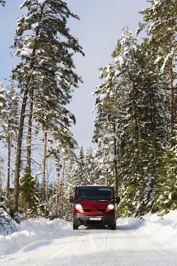 范, 4x4,驾驶在粗砺的多雪的地形 图库摄影