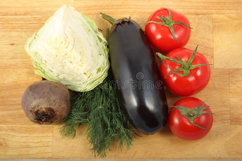 茄子、白椰菜、甜菜根、三个新鲜的莳萝叶子的蕃茄和束 库存照片