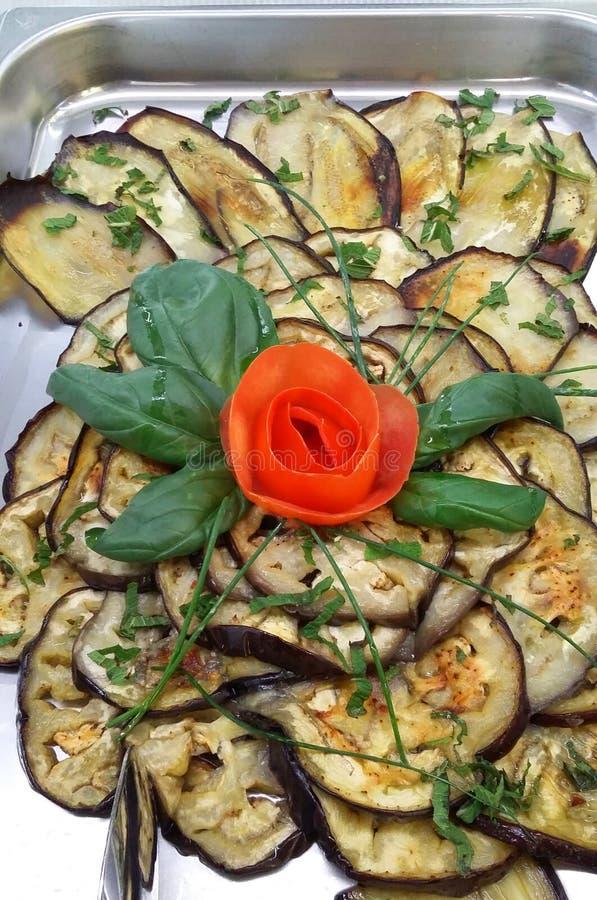 茄子烤的盘和蓬蒿 库存图片